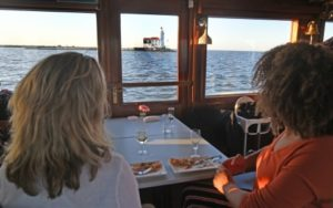 Take Away Boot Diner dinner on the Saloonboat with view of Paard van Marken